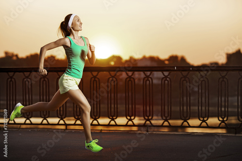 Papiers peints Jogging Running woman. Athletic fitness model is jogging on sunrise