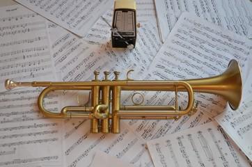 Trompette instrument de musique cuivre et métronome