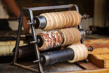 Herstellung traditionellen Trdelnik Gebäcks in Prag