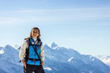 ragazza con racchette da neve in montagna