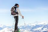 Ragazzo osserva panorama in montagna con neve