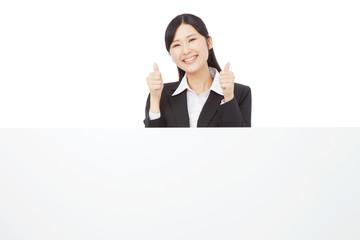 メッセージボードとグッドサインするビジネスウーマン