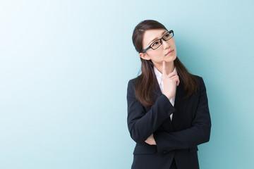 悩む女性 ビジネス