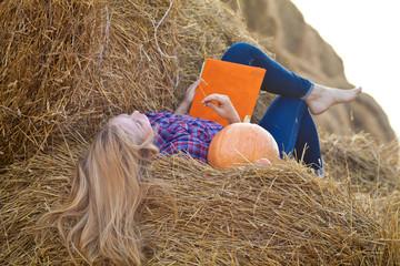 Девушка читает на сеновале