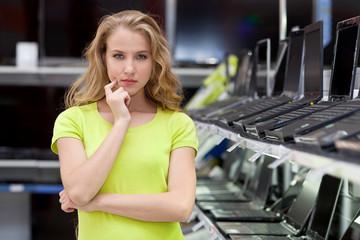 Девушка в магазине ноутбуков и телевизоров