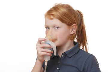 Junges Mädchen inhaliert
