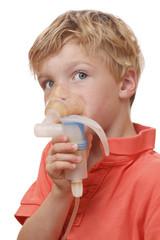 Junge inhaliert