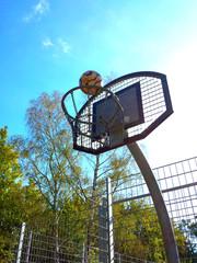 Basketballkorb mit schönem Herbstwetter