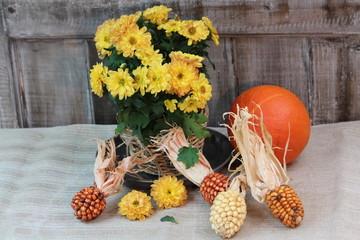 den Herbst eingefangen mit Blumen und Ziermais