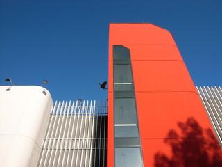 Fassade in Orange eines Parkhaus in Herford in Ostwestfalen
