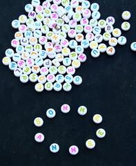bonne année en alphabet,perles sur ardoise