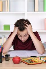 Schüler hat Stress bei Hausaufgaben in der Schule