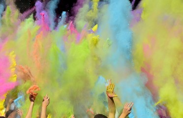 Holi Fest mit bunten Farben