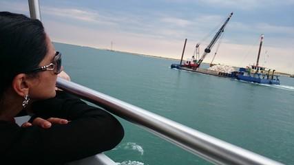Frau an Reling auf schiff