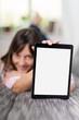 lächelnde frau zeigt tablet-pc