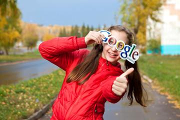 Красивая девушка держит в руках логотип гугл гласс