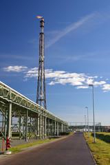 Verbrennung Methangas Raffinerie // pipeline industrial area