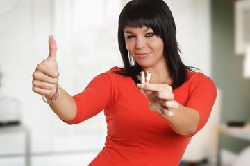 Frau will aufhören mit Rauchen