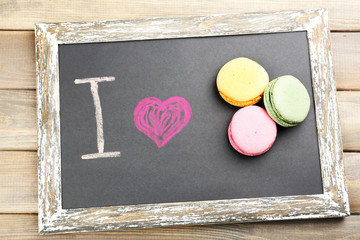 I love macaroons written on chalkboard, close-up