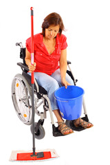 Behinderte Frau bei der Hausarbeit