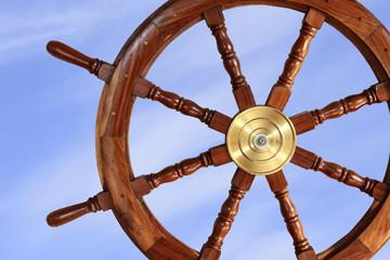 altes Steuerrad eines Segelschiffes mit blauem Himmel