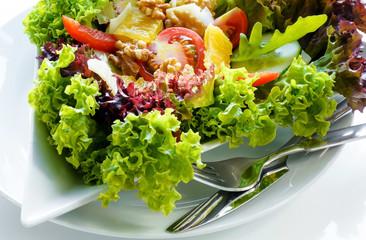 gemischter Salat wird serviert