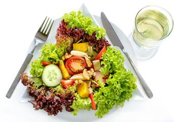 gemischter Salat mit Weißwein auf weiß
