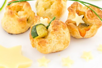 Bocconcini di pasta sfoglia ripieni con zucchine e formaggio