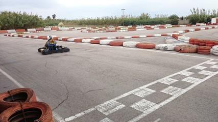 Vista trasera de kart en circuito