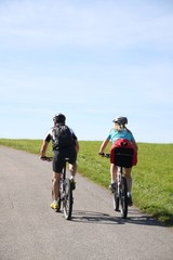 Paar beim Mountainbiken