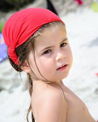 Bambina con copricapo rosso