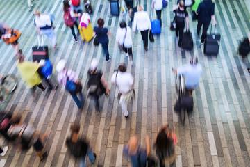 Menschenmenge in Bewegungsunschärfe in der Draufsicht