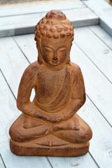 Bruine Boeddha op oud grijs hout