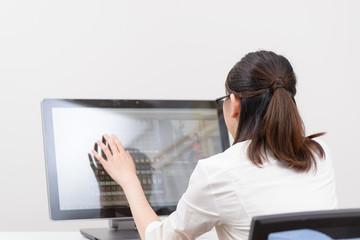 タッチパネルPCを操作する女性