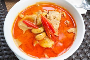 plat typique thaïlandais, épices, piments et curry
