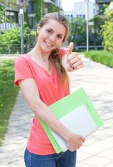 Studentin freut sich auf das Studium
