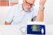 älterer mann mit bluthochdruck