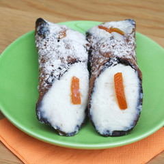 due cannoli siciliani su piatto