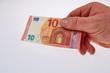 Hand reicht neuen 10 Euroschein