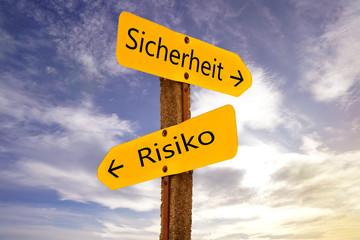 Wegweiser mit Risiko und Sicherheit