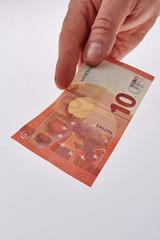 Hand zahlt mit neuen Zehn Euroschein