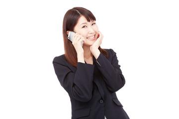 スマートフォンで話しながら笑うビジネスウーマン