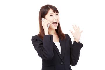 スマートフォンで話しながら驚くビジネスウーマン