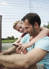 Vater und Sohn mit Smartphone