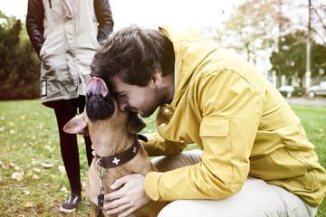Junger Mann und sein Hund