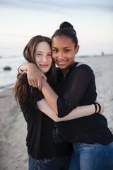 Deutschland, Rügen, zwei junge Freundinnen am Strand