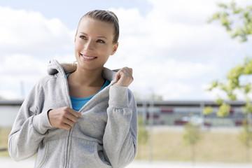 Polen, Warschau, junge Frau trägt Sportkleidung