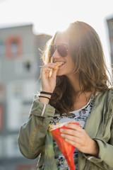 Portrait von Teenager-Mädchen mit Sonnenbrille und Pommes