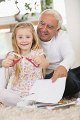 Mann und Enkelin basteln zu Hause