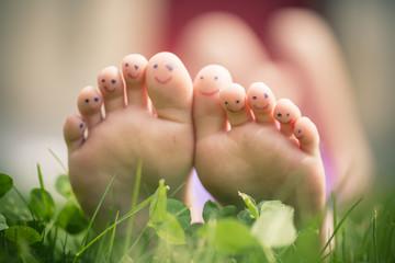 Kleines Mädchen mit lackierten Zehen